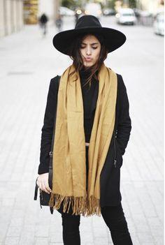 Broad rimmed large felt hat with splashes of colour. Chappeu de noir, tout noir et debris de coleur.