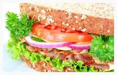 Dicas para acertar na dieta do sanduíche A melhor estratégia para deixar um sanduíche mais gostoso, nutritivo e menos calórico é usar bastante verduras, que promovem uma maior saciedade. O trio carboidrato, proteína e gordura são obrigatórios em todas as refeições, até mesmo nos lanches. Queijos so os pouco calóricos, mesmo assim em pouca quantidade. Para acompanhar o sanduiche, é ideal escolher bebidas que não atrapalhem a dieta, como sucos naturais e sem açúcar.