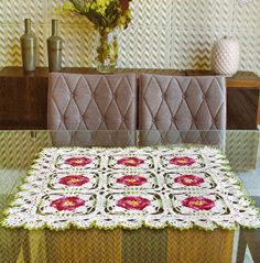Centro de mesa em croche quadrado com flores - Cantinho da Agulha
