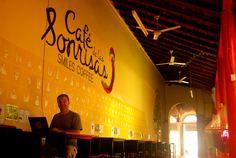 aprendiendo señas - Cafe de las Sonrisas, Granada, Nicaragua .  http://compartiendoamerica.com.ar/2013/09/03/hamacando-sonrisas/