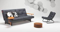Slaapbank Fuji. De slaapbank waarmee alles is begonnen voor Innovation, de Deense fabrikant van de slaapbank. Een zeer solide systeem, dat zich al bijna 25 jaar heeft bewezen (in 1988 ontworpen door Flemming Højfeldt). U kunt er alle kanten mee op. U kunt er verschillende matrassen op uitzoeken: een futon-, latex- of pocketveringsmatras. Daarbij zijn er diverse armen, hoezen en kussentjes te bestellen.