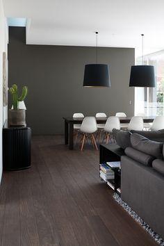 El piso de madera oscura