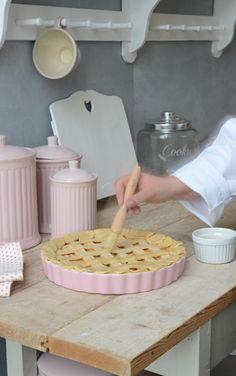 Różowa forma do pieczenia i pojemniki kuchenne dostępne w sprzedaży w sklepie Smukke http://www.smukke.pl/pl/p/POJEMNIK-KUCHENNY-CERAMICZNY/110