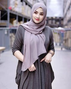 Pin Image by Bunda Hijaber Beautiful Hijab Girl, Beautiful Muslim Women, Arab Girls Hijab, Muslim Girls, Casual Hijab Outfit, Hijab Chic, Hijabi Girl, Girl Hijab, Hijab Fashion