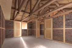 Shigeru Ban – Projeto concebido pela organização humanitária de Ban,   Volunteer Architects Network (VAN), propõe abrigos feitos de quadros estruturais modulares de madeira e paredes de tijolos de borracha no Nepal. © VAN, cortesia de Shigeru Ban Architects