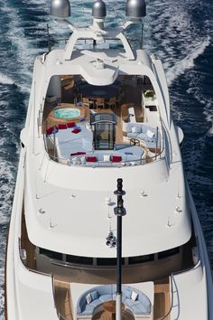 #BenettiYachts Latitude (ex Latinou).. Check out its unique top deck design…