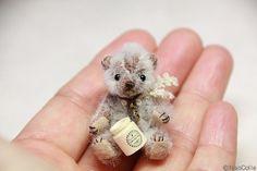 naocollemini Felt Fabric, Fabric Dolls, Pipe Cleaner Art, Small Teddy Bears, Diy Craft Projects, Crafts, Crochet Bear, Felt Toys, Miniature Dolls