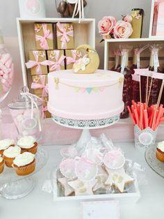 Detalle de la tarta elaborada para la mesa dulce o candy bar bunny moon de Dulce Dorotea en Valencia