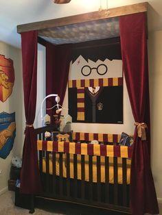 Looks like Harry's four poster :) , Harry Potter Nursery Crib! Looks like Harry's four poster :). Baby Harry Potter, Deco Harry Potter, Harry Potter Nursery, Harry Potter Baby Shower, Harry Potter Houses, Harry Potter Theme, Boy Nursery Themes, Nursery Crib, Baby Boy Nurseries