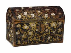 Japan Time, Japanese Furniture, Trunks And Chests, Art Japonais, Wood Carving Art, Small Sculptures, Flower Branch, Antique Boxes, Laque