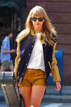 Taylor Swift Photos - Taylor Swift carries a guitar case as she walks around New York City. The pop star brought out a pair of short shorts and Ray Ban sunglasses as she made her way about the Big Apple. - Taylor Swift Carries Her Guitar Around NYC Taylor Swift Moda, Taylor Swift Guitar, Taylor Swift Gallery, Taylor Swift Style, Taylor Swift Pictures, Taylor Alison Swift, Red Taylor, Ray Ban Wayfarer, Barbara Palvin