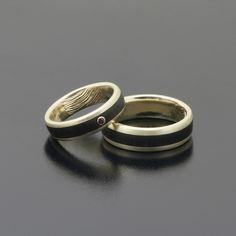 Obrączki z żółtego złota z hebanem, rubin o średnicy 1,5 mm faktura satyna