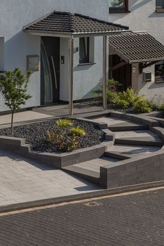 Construction project for a small but modern front garden with a hint of classic through the curved Wegführüng on steps. Great is the integrated LED lighting and the color harmony of walls, steps and path. Concrete Design, House Entrance, Front Garden, Outdoor Stairs, Modern, Front Door, Modern Front Yard, Front Yard, Modern Garden