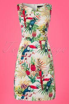 Vous recherchez une robe d'été colorée? Alors cette robe à motif perroquet Kellie des années 60 en blanc est tout simplement parfaite! «Kellie, Kellie, ne t'envole pas!» La robe Kellie a une élégante encolure arrondie, de poches pratiques devant et un magnifique motif tropical et coloré. Réalisée en tissu satiné de couleur ivoire, solide mais souple et très légèrement extensible. Entièrement doublée pour un agréable confort. À assortir avec de joyeuses couleurs vives et rayonnez sous le…