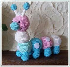 Rups Roos von Stip&haak Knitted Doll Patterns, Crochet Baby Hat Patterns, Weaving Patterns, Knitted Dolls, Crochet Baby Hats, Crochet Diy, Crochet For Kids, Crochet Crafts, Crochet Projects