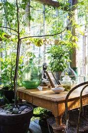 Møt to som nyter livet i favorittrommet med glass og rammer. Slik kan du lage egen glassveranda.