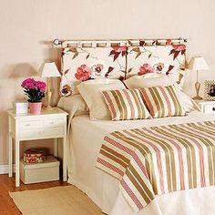 Cabecera de cama con almohadones