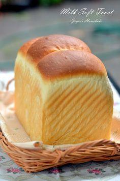Joyce's Home Bake: Milk Soft Toast 牛奶软吐司 (一次发酵) Roti Bread, Bread Bun, Milk Bread Recipe, Bread Recipes, Bun Recipe, Homemade Recipe, Japanese Bread, Berry Muffins, Homemade Dinner Rolls