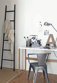 Sillón Tolix en un escritorio plagado de detalles