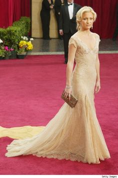 Oscars 2003 - Kate Hudson wore a beautiful beige Versace designed dress, worth a reported $200,000. She wore a pair of dangling earrings with 43-carats of diamonds, from Fred Leighton,