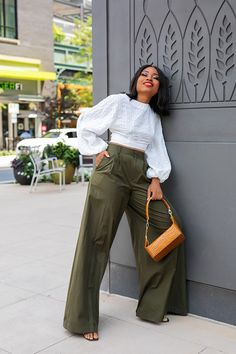 Styling and wearing wide-leg pants can be intimidating due to the volume. There are different ways to style wide-leg pants. Classy Outfits, Stylish Outfits, Fashion Outfits, Fashion Trends, Black Girl Fashion, Fashion Looks, Spring Summer Fashion, Autumn Fashion, Wide Leg Pants