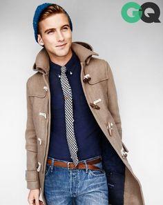 Den Look kaufen:  https://lookastic.de/herrenmode/wie-kombinieren/dueffelmantel-langarmhemd-jeans-muetze-krawatte-guertel/714  — Blaue Jeans  — Brauner Ledergürtel  — Dunkelblaues Langarmhemd  — Beige Düffelmantel  — Weiße und dunkelblaue Krawatte mit Vichy-Muster  — Blaue Mütze