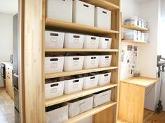 シンプルな収納アイテムが揃う無印良品・IKEA・ニトリ。この3つの人気メーカーの定番アイテムを駆使し、お手頃なのに機能的な収納スペース作りを実例と共に紹介します。 Muji, Bathroom Medicine Cabinet, Locker Storage, Closet, Furniture, Home Decor, Storage Ideas, Organizing, Interiors