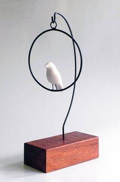 Escultura de arame com passarinho em cerâmica. Base de madeira que varia de tamanho conforme disponibilidade. R$ 40,00