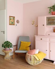 34 Must Have Pink Interior Design Ideas Home Decorations Interior Ikea, Yellow Interior, Apartment Interior, Living Room Interior, Studio Interior, Interior Livingroom, Estilo Art Deco, Japanese Interior Design, Pink Room