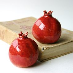 Pomegranates Salt & Pepper Shakers -  Handmade Porcelain Sculptures - Kitchen Table Home Decor - Bright Red, Rustic Red - MADE TO ORDER door BackBayPottery op Etsy https://www.etsy.com/nl/listing/111324078/pomegranates-salt-pepper-shakers