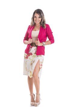 Blazer pink em linho misto Regata segunda pele Saia com fenda estampada