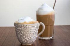 Att göra sin egen caffe latte eller cappuccino hemma är lätt som en plätt. Det känns så himla lyxigt att avnjuta en kopp kaffe med massa skum på toppen. Jag smaksätter kaffet med lite vaniljsocker för att göra den extra god. Unna dig en god kopp caffe latte, kryp upp i soffan och mys med en trevlig bok. Brygg kaffet starkare än vanligt. Det ska ha en stark kaffesmak som påminner om espresso. När kaffet är klart kan du smaksätta den med lite vaniljsocker, ca 1 tsk till 2 dl kaffe. Häll upp… Caffe Latte Recipe, Piece Of Cakes, Espresso, Smoothies, Cheesecake, Food And Drink, Dessert, Snacks, Meals