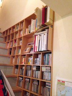 【nanapi】 はじめにコーポラティブハウス在住の40代主婦です。筆者が選んだ、階段脇の壁面収納についてお伝えします。筆者が選んだ壁面収納の概要壁に埋め込むタイプの突き板の本棚です。設計の人と一緒に考えて作りました。なぜそれを選んだかコーポラティブハウスなので、一軒一軒の区画は決まっ...