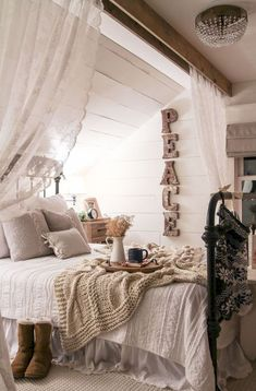 Adorable 70 Best Modern Farmhouse Bedroom Decor Ideas https://decorapartment.com/70-best-modern-farmhouse-bedroom-decor-ideas/