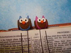 As promised, here is the tutorial for the cute little owl bookmarks. I'll wait a minute while you go collect them. Clay Owl, Fimo Clay, Polymer Clay Crafts, Polymer Project, Clay Figurine, Clay Tutorials, Cold Porcelain, Clay Projects, Clay Creations