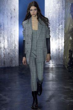 Guarda la sfilata di moda Alexander Wang a New York e scopri la collezione di abiti e accessori per la stagione Collezioni Autunno Inverno 2017-18.