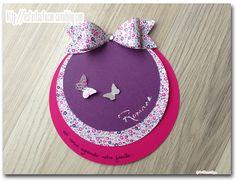 Voici le joli faire-part pour annoncer la naissance de Romane. Un faire-part dans les tons de rose et violet avec un petit noeud en papier....