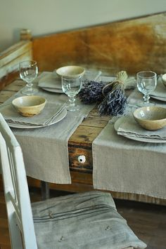 Rustic French Country place setting of linen and lavender on an old farmhouse table  (via Vintage chic: Gamle, fine ting til salgs; meatcover, fattigmanssølv / For sale)