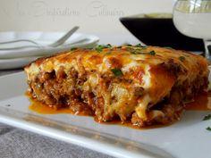 MOUSSAKA GRECQUE (500 g de viande hachée, 2 oignons finement hachée, 2 c à s d'huile d'olive, 1 feuille de laurier, 1 grosse boite de tomate (800 g), 4 gousses d'ail, 2 brins de thym frais, 3 aubergines, sel, poivre, huile d'olive, persil ciselé, fromage râpé tel que Kefalotyri ou du parmesan, sauce béchamel)