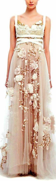 <3 Romántico vestido de Marchesa. P/V 2014 Base de tul con flores de organza aplicadas