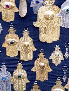 La Hamsa (mano de Fátima) es reconocido y utilizado como un signo de protección en muchas sociedades a lo largo de la historia , proporciona defensa contra el mal de ojo.