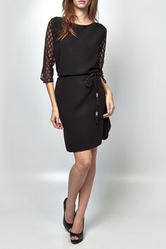 Black dress O detalhe da renda nas mangas e o cinto com pingente deixa essa peça mais feminina e delicada. Ideal para look festa ou casual, use com salto alto e bolsa de mão.