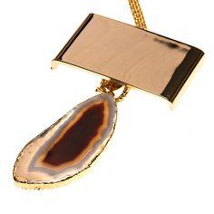 Colar de metal com placa dourada e pedra ágata marrom e branca com borda folheada a ouro