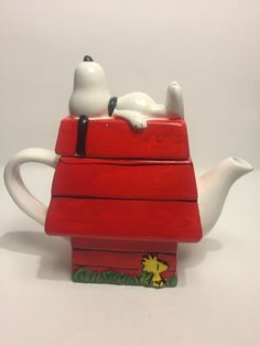 Snoopy and Woodstock Snoopy Sleeping, Coffee Mug Display, Teapots Unique, Perfect Cup Of Tea, Christmas Dishes, Tea Pot Set, Teapots And Cups, Snoopy And Woodstock, Peanuts Snoopy