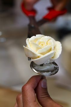 Yammie's Noshery: Buttercream Roses With Video Tutorial with a buttercream recipe included. Frosting Flowers, Icing Frosting, Frosting Tips, Cake Icing, Frosting Recipes, Cupcake Cakes, Buttercream Recipe, Buttercream Flowers Tutorial, Fondant Tutorial