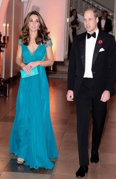 On Thursday, November Prince William and Kate Middleton attended the 2018 Tusk Conservation Awards in London. The Duchess of Cambridge wore a Jenny Packham teal dress. Kate Middleton Outfits, Vestidos Kate Middleton, Moda Kate Middleton, Looks Kate Middleton, Kate Middleton Photos, Beauty And Fashion, Fashion Looks, Royal Fashion, Estilo Real