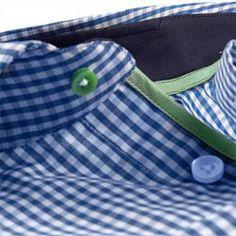 Donkerblauw geruit overhemd mouwlengte7. Groen biesje en donkerblauw in de nek. Licht getailleerd, 100% katoen.