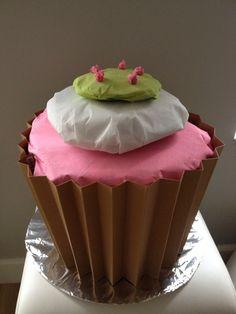Mega cupcake als sinterklaas surprise. Vulling maken van proppen krant en omwikkelen met verschillende kleuren crepe papier.