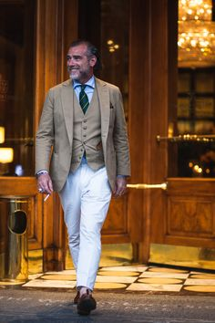 Alessandro Squarzi — Men's Fashion Post Mens White Trousers, White Pants, New Mens Fashion, Suit Fashion, Male Fashion, Stylish Men, Men Casual, Just Style, Men's Style