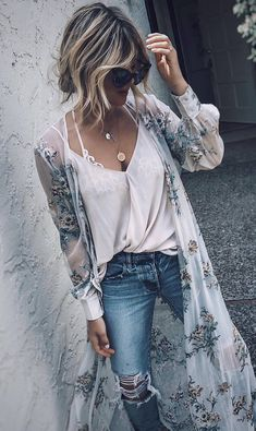 how to style a printed long kimono : white top and ripped jeans